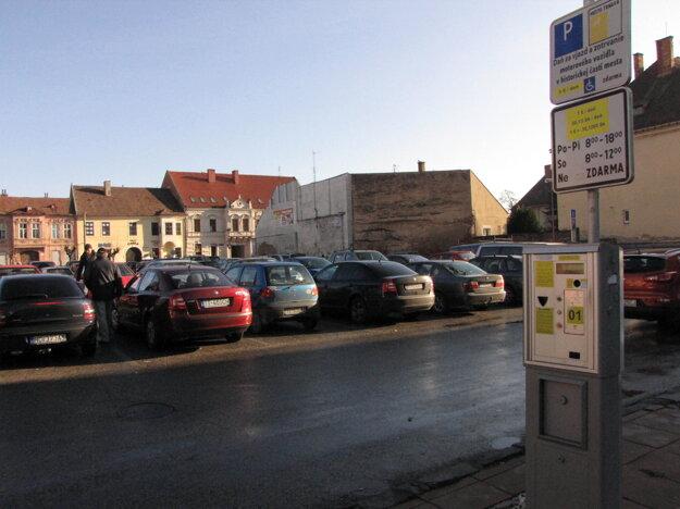 Na tomto parkovisku by chceli postaviť parkovací dom. Kedy, je ešte otázne.
