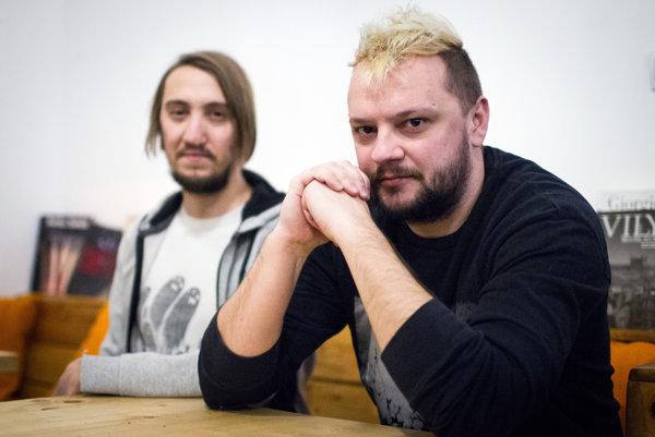 Ľuboš Hodás a Martin Krajčír sú členmi postrockovej kapely The Ills. Vznikla v roku 2008 a v apríli vydala štvrtý album Ornamental or Mental. V poslednom čase sa im mimoriadne darí. Pozvali ich na dva významné showcasové festivaly: Iceland Airwaves v Reykjavíku a najväčší európsky v holandskom Groningene s názvom Eurosonic. Na oboch mali plné kluby a nadšenú odozvu od zahraničných publicistov. Hudbe sa The Ills venujú vo voľnom čase.