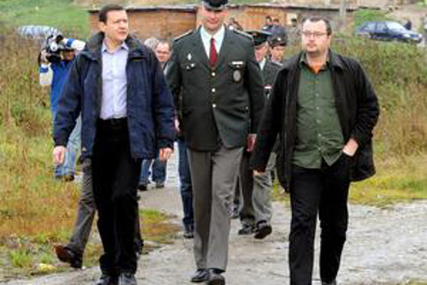Daniel Lipšic a Milana Krajniak v októbri navštívili rómsku osadu pri obci Žehra.