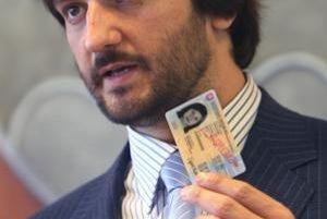 Kaliňák predstavil v roku 2008 nové občianske preukazy, o rok vyhlásil súťaž na elektronické karty.