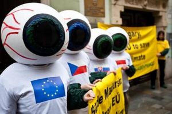 Aktivisti Greenpeace pred Veľvyslanectvom Maďarskej republiky.