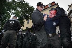 Priaznivcov krajnej pravice polícia k soche Svätopluka od Jána Kulicha, ktorú chcú brániť rovnako ako predseda Smeru Robert Fico, nepustila. V tom čase sa pred ňou konalo pokojné zhromaždenie proti soche a násiliu. Polícia zadržala aj aktivistu, ktorý vza