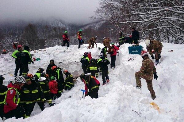 Záchranári pracujú na mieste hotela zasypaného lavínou.