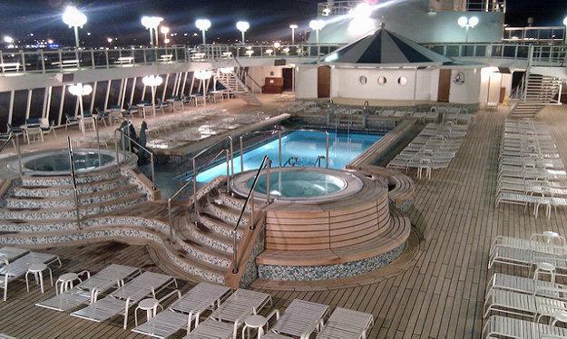 Vybavenie lode bazénmi a ďalšími zariadeniami odráža úroveň luxusu lode.