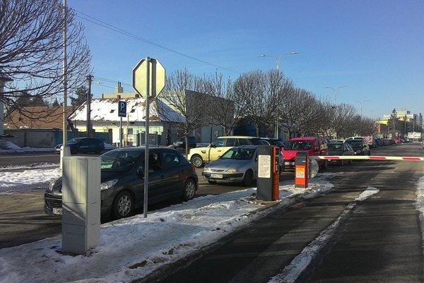 Keď si vodiči na nový systém zvyknú, bude opustenie parkoviska trvať určite kratšiu dobu.