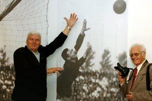 Otec Anton (vľavo) prepadol futbalu.