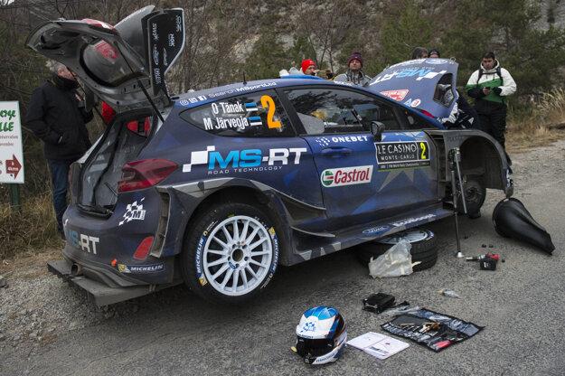 Ott Tanak opravuje svoje auto počas rely Monte Carlo.