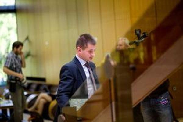 Štátny tajomník ministerstva hospodárstva Martin Chren prichádza na zasadanie vlády. Jeho firma v roku 2008 štátu predala stránku, na ktorej boli dokumenty, ktoré už zaplatil.