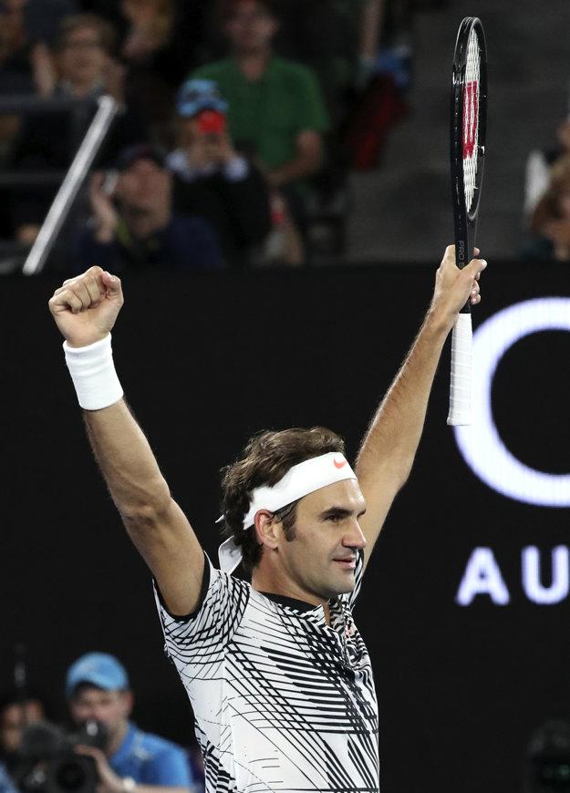 Roger Federer oslavuje postup do semifinále.