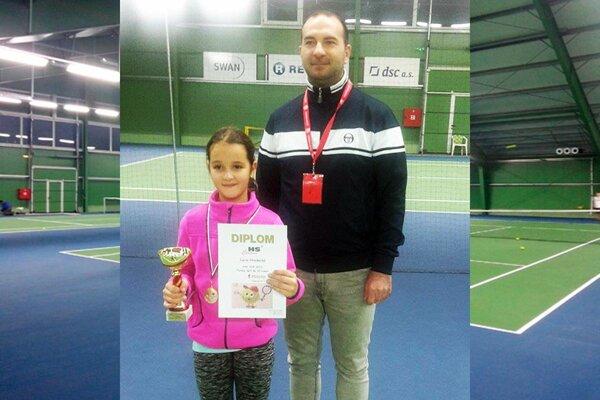 Deväťročná Lucia Hradecká nechala súperkám iba jeden gem! Na snímke je s riaditeľom turnaja.