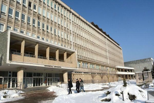 Technická univerzita. Na fakulte, odkiaľ platina zmizla, dúfajú, že ju polícia nájde.