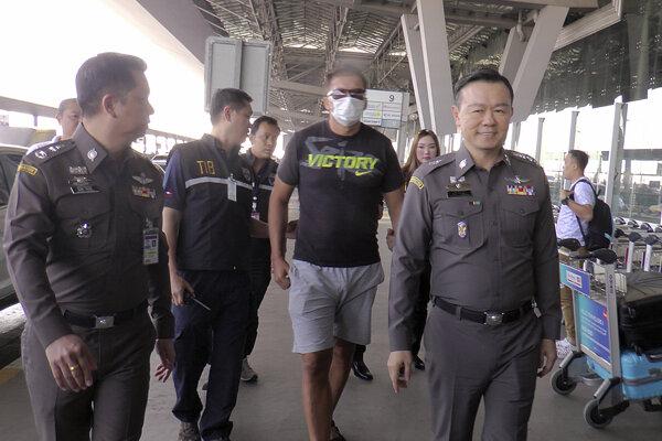 Zdeňek Pfeifer v sprievode thajskej polície.