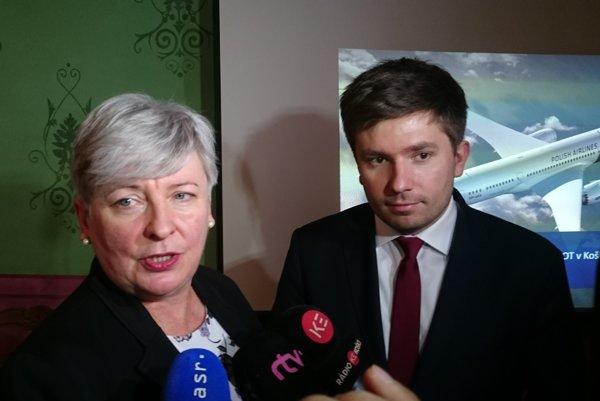 Hovorca spoločnosti LOT Adrian Kubicki ašéfka obchodného zastúpenia pre Česko aSlovensko Jolanta Grala-Bednárčik.