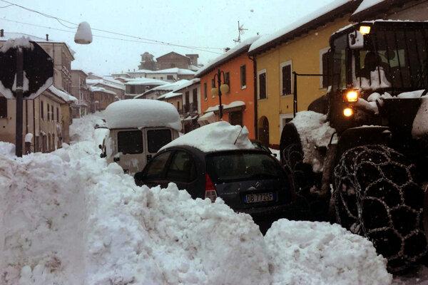 Na snímke odhrnutý sneh na ceste v talianskom Montereale. Montereale bolo ohniskom troch zemetrasení, ktoré zasiahli v priebehu jednej hodiny oblasť stredného Talianska.
