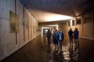 Výstava výtvarníka Andreja Dúbravského v útrobách nedokončeného petržalského metra.