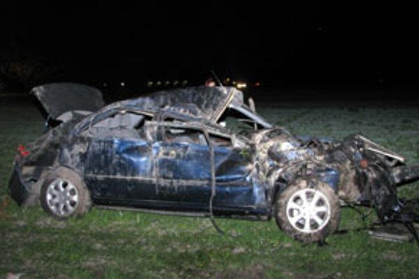 Dvadsaťdvaročný vodič Peugeotu neprispôsobil v zákrute rýchlosť.