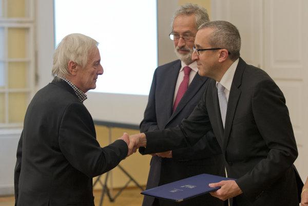 Veľvyslanec štátu Izrael v SR Zvi Aviner Vapni odovzdáva cenu Ľubomírovi Sekanovi, vnukovi záchrancov Filipa a Anny Martiškovcov.