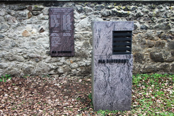 Pamätník zavraždeným Rómom na židovskom cintoríne vo Zvolene.