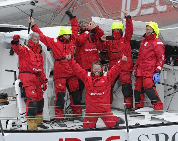 Francúz Francis Joyon a jeho päťčlenná posádka na trimarane Idec Sport.