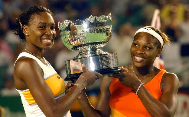 Venus (vľavo) a Serena Williamsové počas Australian Open 2003. Okrem toho, že sa stretli vo finále dvojhry, vyhrali spoločne aj štvorhru.