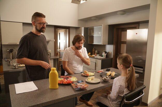 Ide sa raňajkovať. Skôr než sa ide na ostro, scenárista a režisér Andy Kraus najskôr hercom povie, aké sú jeho predstavy a čo od nich očakáva.