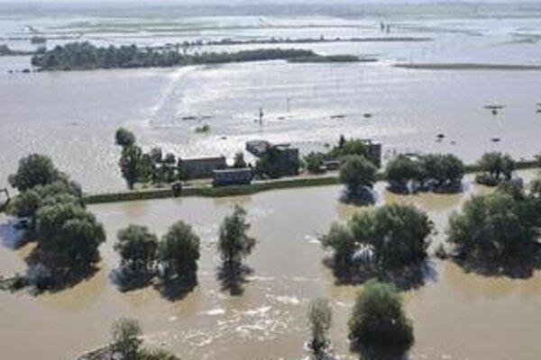 Pohľad z vrtuľníka na Michalovský okres v sobotu, vidno Ondavu, vyliatu smerom na Malčice, Markovce a Oborín.