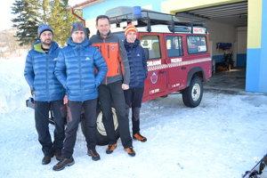Horskí záchranári v Zboji. Jaroslav Paraska (zľava), Vasiľ Semjon, riaditeľ Ivan Krajčír a Michal Palovič.