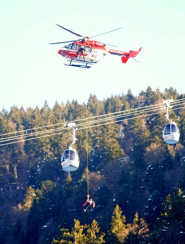 Lyžiara Girauda Moinea transportuje vrtuľník po jeho páde v zjazde Svetového pohára v alpskom lyžovaní v nemeckom Garmisch-Partenkirchene.
