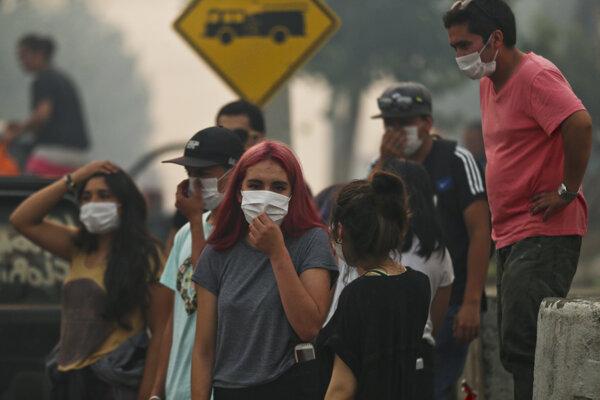 Ľudia sa chránia pred dymom z požiarov.