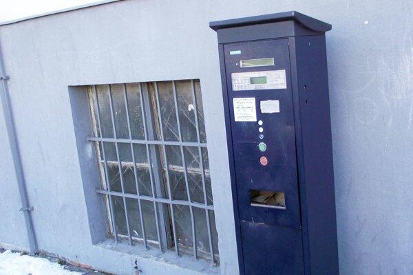 Poškodený automat pri hlavnej pošte.