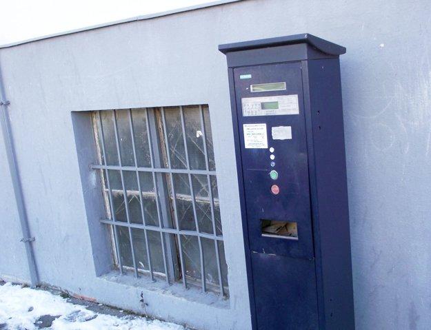 Počas silvestrovskej noci poškodili petardy sedem parkovacích automatov.