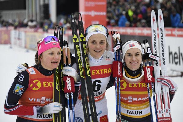 Tri najlepšie ženy zo šprintu pózujú pred objektívmi fotografov - vľavo druhá Maiken Caspersenová Fallová, v strede víťazka Stina Nilssonová a vpravo tretia Heidi Wengová.