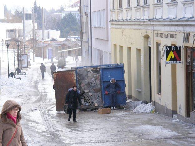 Z budovy odviezli odpad a nepotrebné veci.