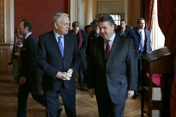 Šéf francúzskej diplomacie Jean-Marc Ayrault (vľavo) a nový nemecký minister zahraničných vecí Sigmar Gabriel.