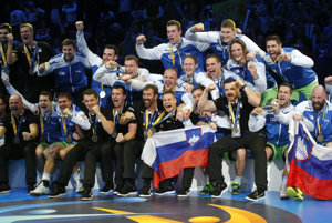 Hádzanári Slovinska oslavujú zisk bronzových medailí.