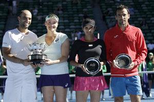 Americká tenistka Abigail Spearsová s Kolumbijčanom Juanom Sebatianom Cabalom (pár vľavo) sa stali víťazmi mixu na grandslamovom turnaji Australian Open v Melbourne.