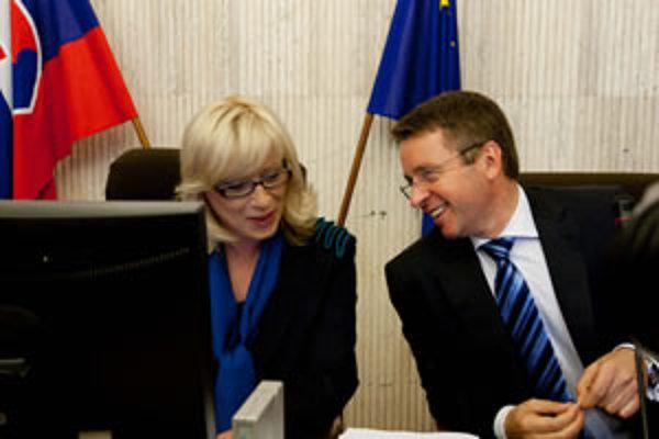 Premiérka Iveta Radičová a minister financií Ivan Mikloš počas prvého zasadnutia novej slovenskej vlády.