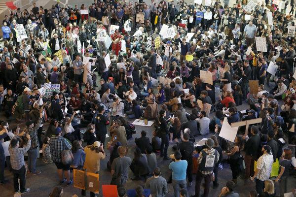 Protesty pokračovali aj v nedeľu.