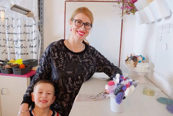 Jana Rigová v dielničke, ktorú si pre seba zariadila, spolu so synom Stankom.