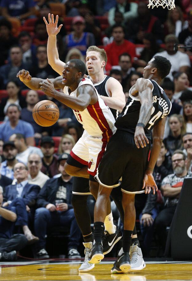 Dion Waiters (v bielom) bojuje o loptu s dvoma hráčmi Brooklynu.