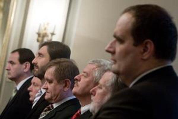 V župách sa po voľbách dostali k moci nové garnitúry. Nový pomer síl v zastupiteľstve sa odráža na zmenách v úradoch. Na snímke sedem z ôsmych novozvolených županov.
