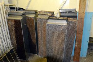Mrazom poškodené súčiastky vykurovacieho a chladiaceho systému čakajú na odvoz. Za dva ich kúrenári nahradili novými. Systém vykurovania bol navrhnutý počas rekonštrukcie divadla pred zhruba 30 rokmi.