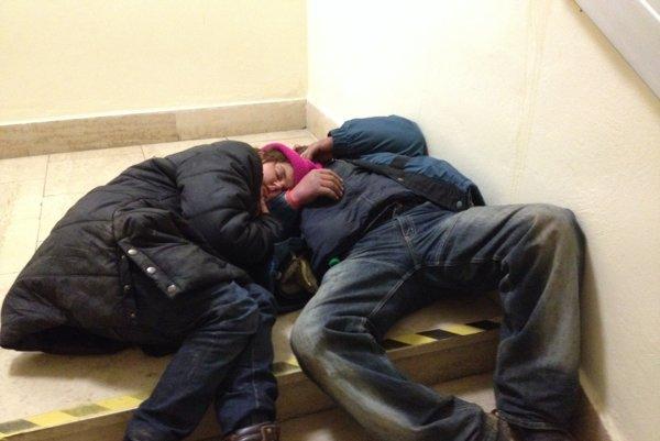 Počas teplejších mesiacov polihujú bezdomovci v okolí hypermarketu.