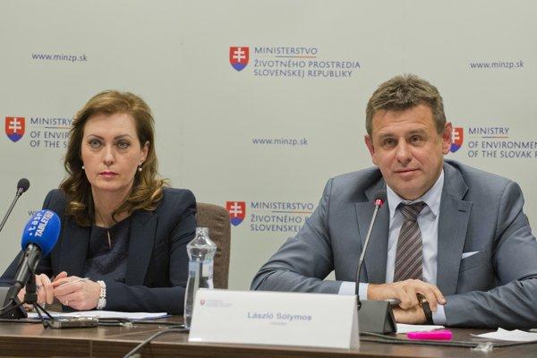 Ingrid Lipovská z Enviromentálneho fondu a minister životného prostredia László Sólymos na tlačovej konferencii k smogovej situácii na Slovensku a možným opatreniam.