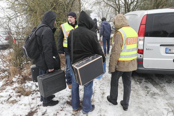 Nemeckí vyšetrovatelia na mieste, kde došlo k tragédii.