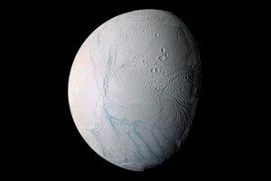 Saturnov mesiac Enceladus môže pod svojím povrchom skrývať mimozemský život.