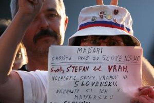 Maďarský prezident László Sólyom ktorý prišiel pešo približne do polovice mosta do Komárna, ale tesne pred slovenskou hranicou sa zastavil. Na odhalení sochy viali aj slovenské vlajky, jednu drží aj táto pani.