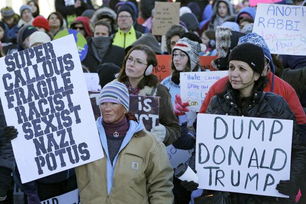 Ľudia protestujú proti nariadeniu Donalda Trumpa.