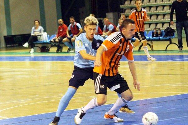 V belasom drese Adrián Procházka z domáceho zápasu so Slov-Maticom, ktorý Nitrania prehrali 1:10. V pozadí nitrianska lavička.