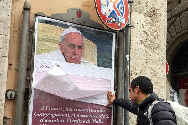 """Na plagátoch, ktoré distribuovali neznámi aktivisti, je fotografia zachmúreného pápeža s otázkou? """"Kde je tvoje milosrdenstvo?""""."""